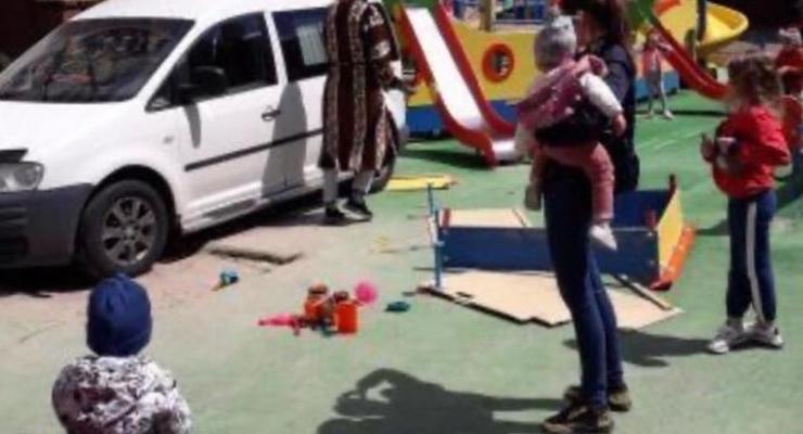 Мужчина в халате оставил авто на детской площадке