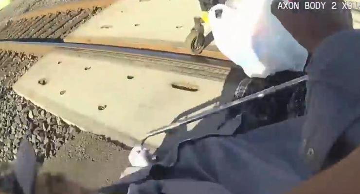 В США мужчину в инвалидном кресле выхватили из-под колес поезда