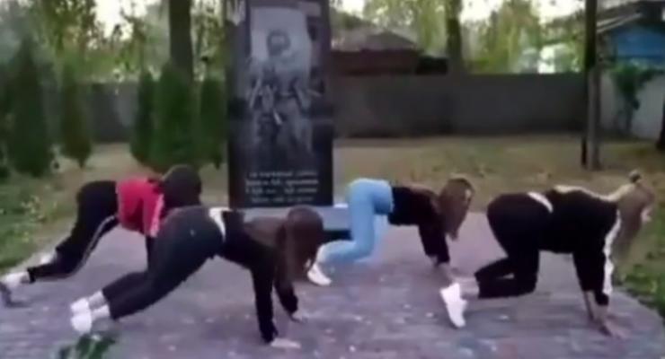 На Черниговщине школьниц накажут за тверк у памятника воинам АТО