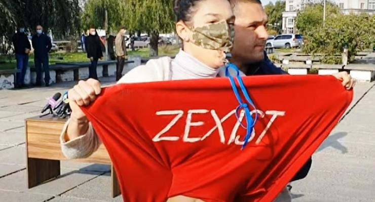 Активистка Femen оголилась перед Зеленским у избирательного участка
