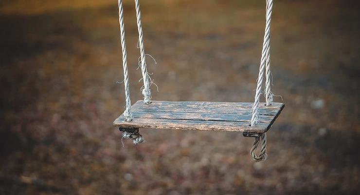 В Днепре на детской площадке повесилась девушка