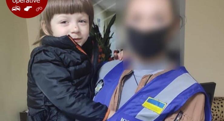 В Киеве пятилетнюю девочку бросили в парке родители