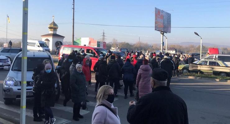 Карантин выходного дня: В Черновцах торговцы перекрыли дорогу