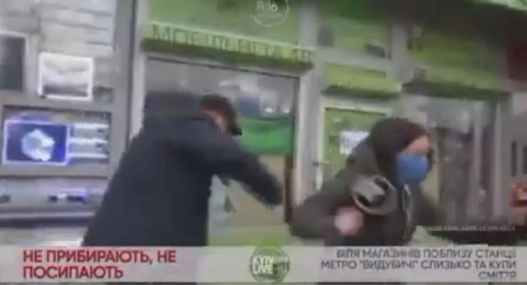 В Киеве мужчина набросился на журналистку и сам упал в лужу