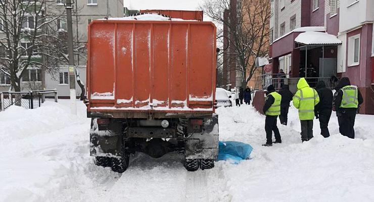 Поскользнулась и упала: В Чернигове мусоровоз задавил женщину
