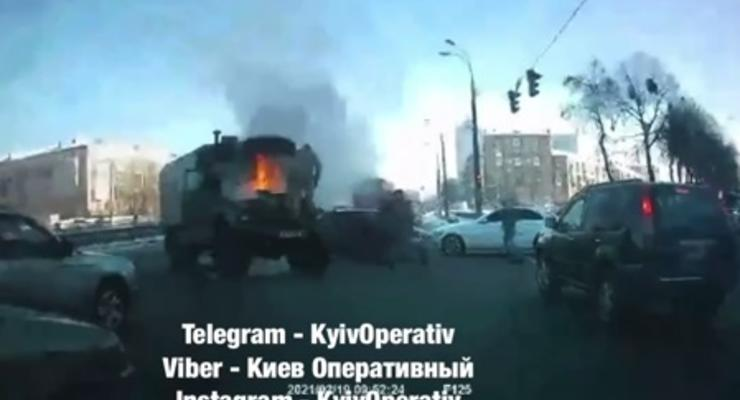 Показано видео, как в Киеве горел грузовик военных