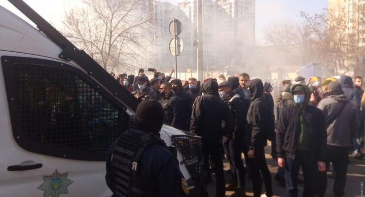 Приговор Стерненко: Под зданием суда жгут шины и рвутся взрывпакеты