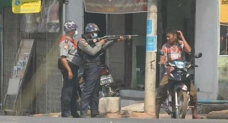 Убийство на протестах в Мьянме: ЕС и США примут меры против военных