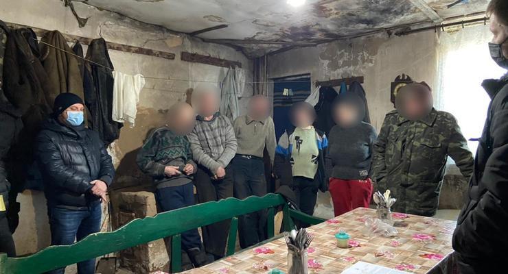 Под Харьковом пенсионер отбирал у бездомных паспорта и заставлял работать