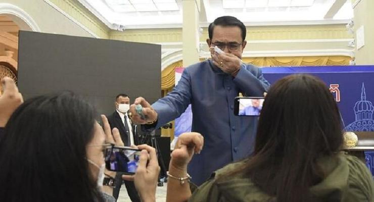 Премьер Таиланда обрызгал журналистов антисептиком