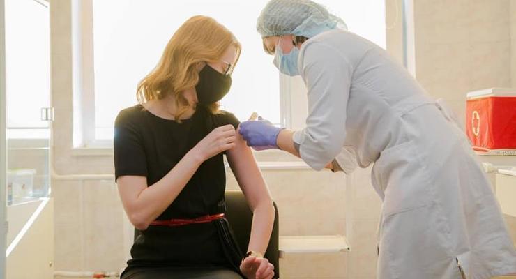 """""""Слуга народа"""" привилась индийской вакциной"""
