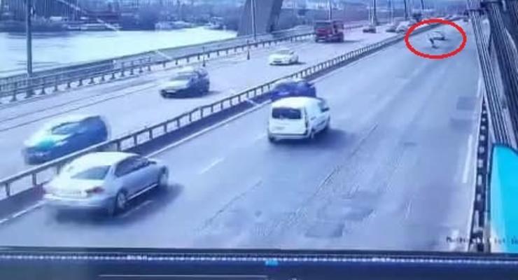Момент падения мужчины с моста на дорогу в Киеве попал на видео