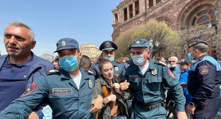 В Армении женщины штурмовали дом правительства