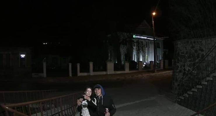 В Луцке пьяные парень и девушка сорвали флаг с муниципального здания