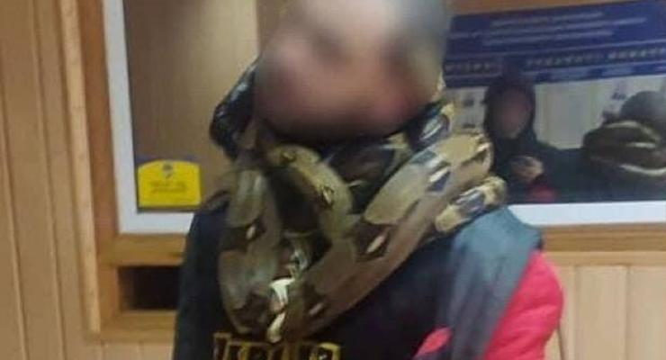 По Киеву разгуливал нетрезвый мужчина со змеями на шее - соцсети