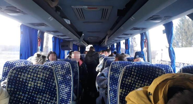 У всех фальшивый ПЦР-тест: в Украину не пустили автобус из Беларуси