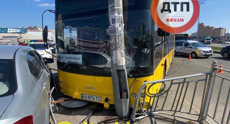 В Киеве ДТП с автобусом: Водитель потерял сознание