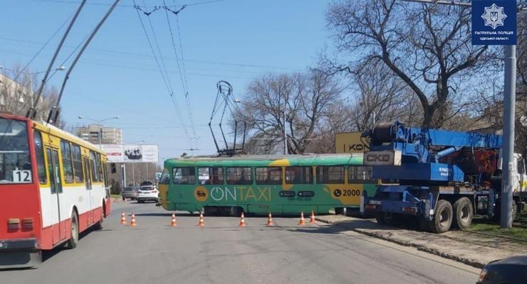"""В Одессе засняли """"трамвайный дрифт"""": Разогнался и влетел в авто"""