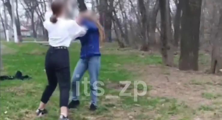 В Запорожье школьницы устроили жестокую драку