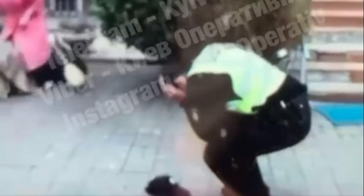Под Киевом женщина избила полицейского метлой