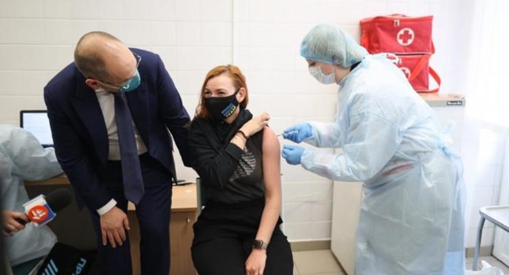 МОЗ запретило вакцинировать вне очереди