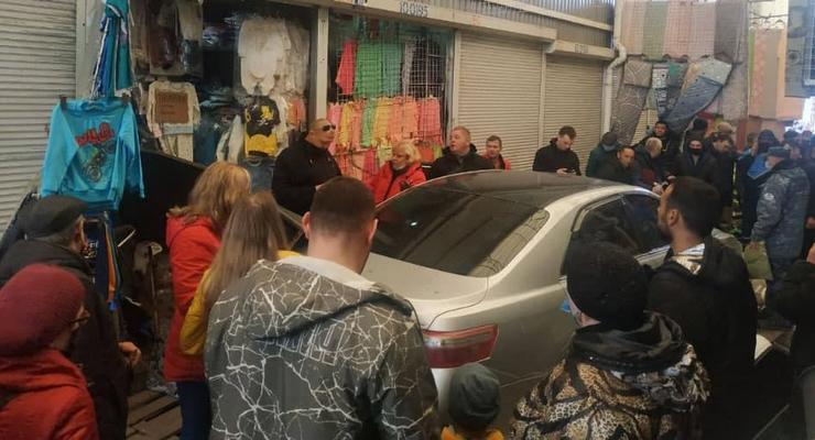 В Харькове легковушка влетела на территорию рынка, есть пострадавшие