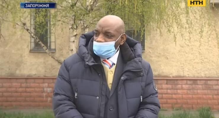 Расовый скандал в Запорожье: таксист отказался везти темнокожего