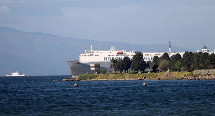 В Стамбуле село на мель 180-метровое судно
