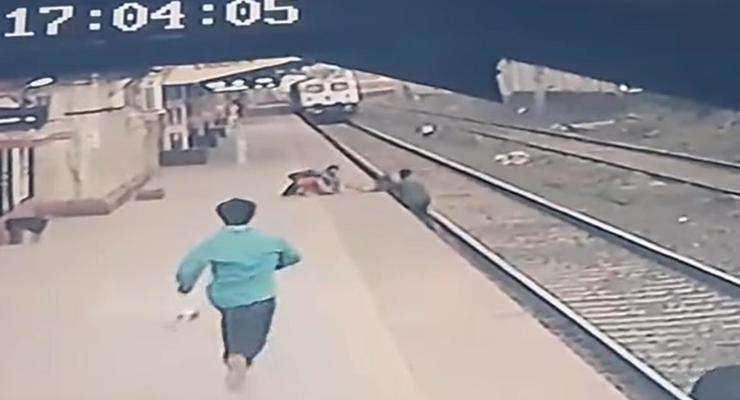 В Индии железнодорожник спас ребенка
