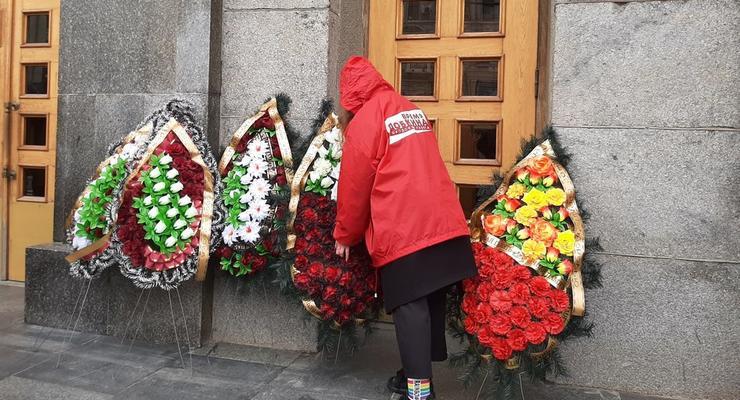 В Харькове к мэрии принесли траурные венки