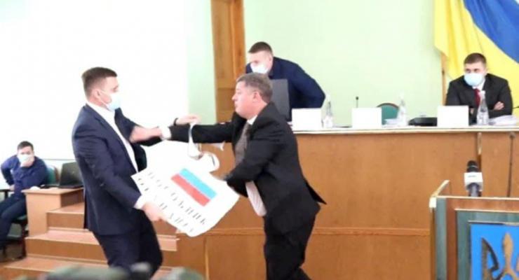 В Херсоне депутаты подрались из-за российского флага