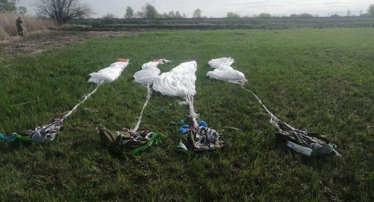 На границе с Россией найдены четыре парашюта, - МВД
