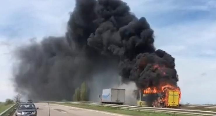Под Одессой на трассе сгорел автобус: шокирующее видео