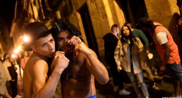 Испанцы отметили снятие COVID-ограничений алкоголем и танцами