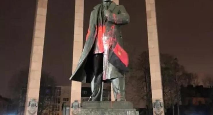 Во Львове осудили студента, осквернившего памятник Бандере