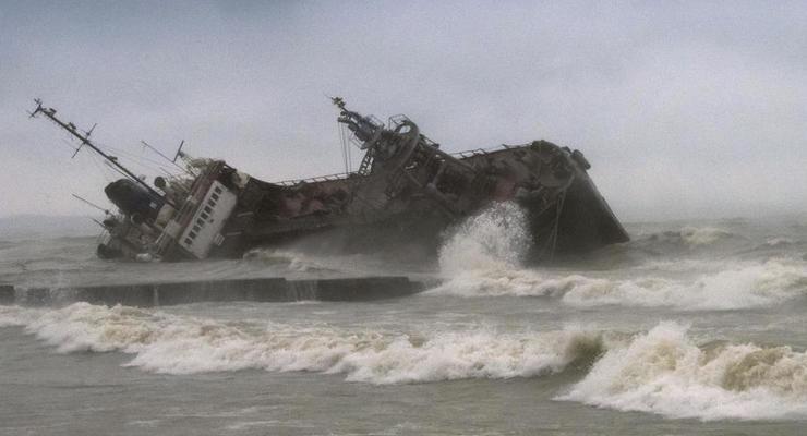 Севший на мель в Одессе танкер Delfi отдали государству