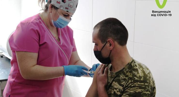 В мае украинцев начнут массово прививать второй дозой COVID-вакцины