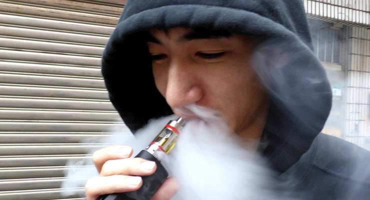 В Украине запретят рекламу и курение электронных сигарет в общественных местах