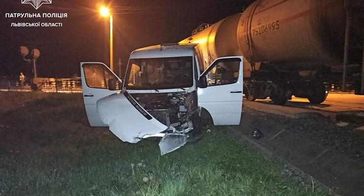Локомотив протаранил микроавтобус: На Львовщине произошло тройное ДТП