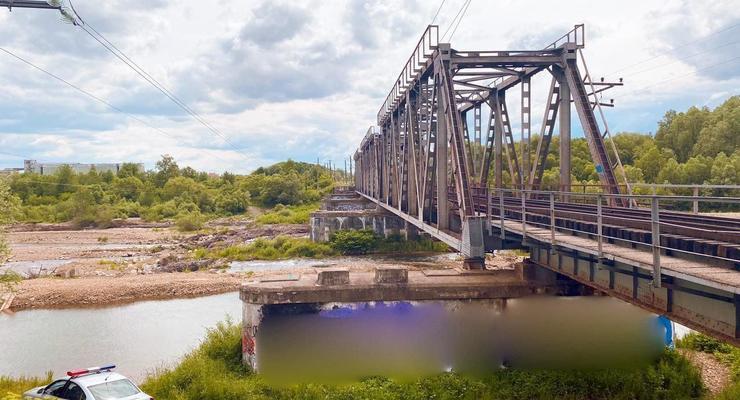 На Ивано-Франковщине подростка ударило током на железнодорожном мосту