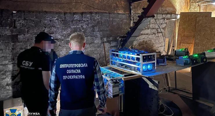 """На Днепропетровщине """"майнеры"""" добывали криптовалюту напрямую от трансформатора"""