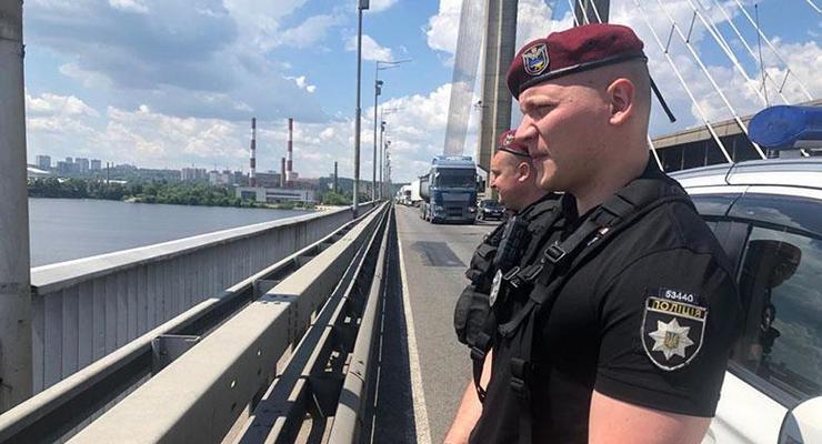 В Киеве полицейские спасли двух мужчин от самоубийства