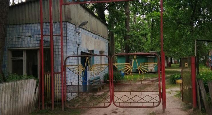 На Киевщине двое детей упали в выгребную яму