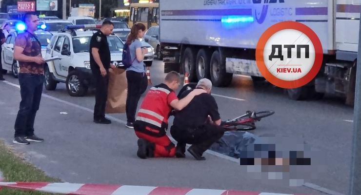 Пьяный киевлянин толкнул велосипедиста на дорогу: Парня сбил грузовик