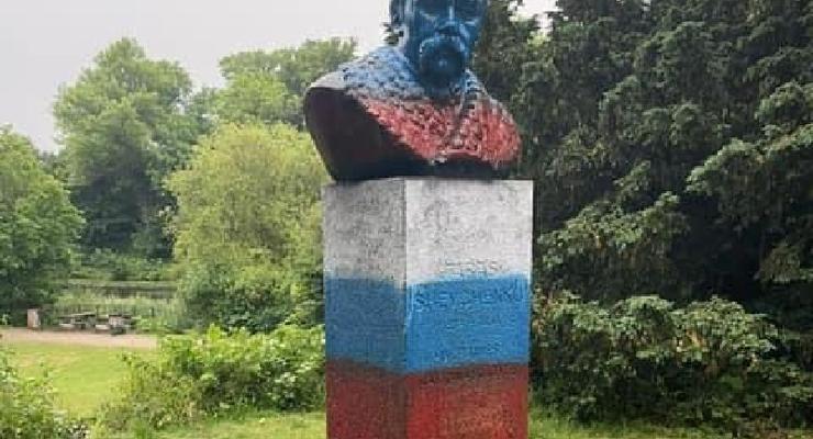 В Дании памятник Шевченко раскрасили в цвета российского флага