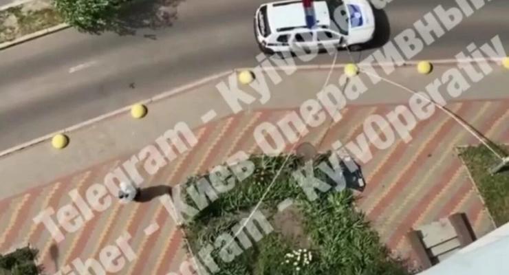 В Киеве из окна на 20-м этаже выпала девушка