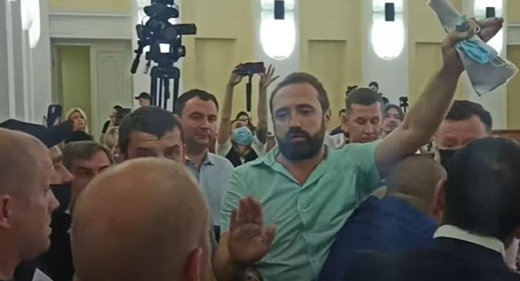 В Харькове депутат горсовета перед сессией подрался с охранником мэрии