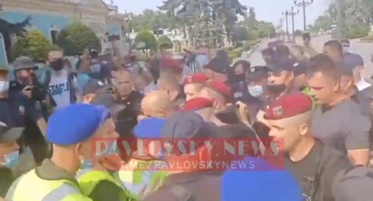 Под зданием Рады активисты устроили потасовку с полицией