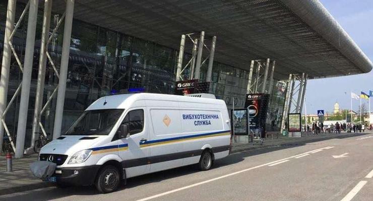 Во Львовском аэропорту эвакуация: Есть угроза взрыва