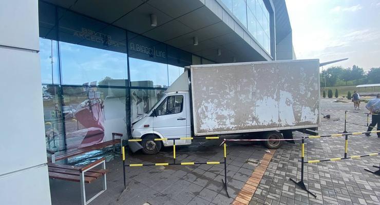 В Кривом Роге грузовик протаранил супермаркет